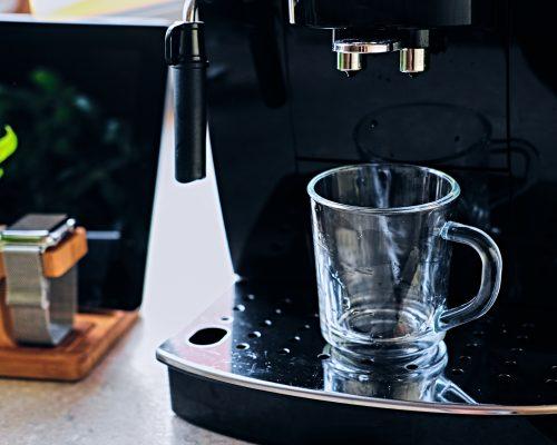 kavos-aparatas-puodelis-be-kavos